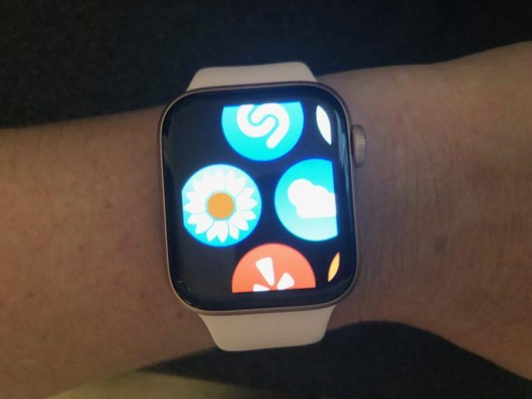 Увеличьте размер экрана Apple Watch с помощью Zoom